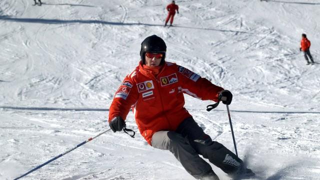 Nesta foto de arquivo, de janeiro, o ex-piloto Michael Schumacher esquia em um resort no Norte da Itália