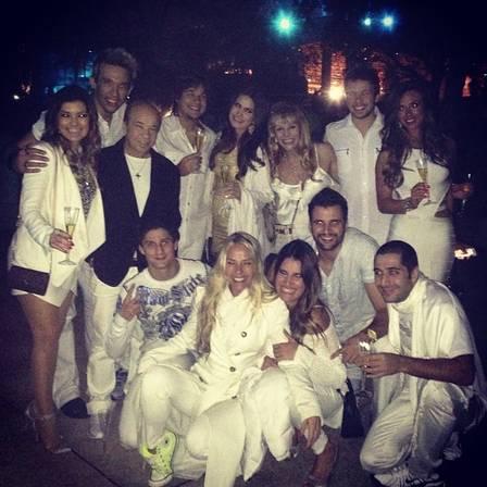 Os irmãos Kiko, Leandro e Bruno no réveillon em Orlando com o pai, Franco, Nathália Guimarães, Nicole Bahls, Amanda Françoso e Adriane Galisteu