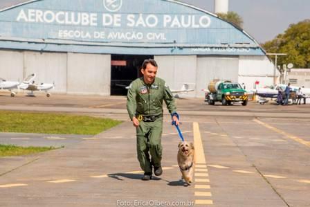 Cabo Pitoco se diverte com o sargento Rogério, do Grupamento Águia.