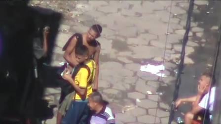 Eduardo Felipe, que aparece de costas, com a camisa do Brasil