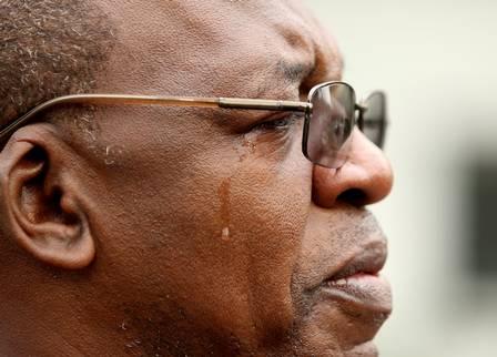 Jorge Roberto Lima da Penha se emociona durante o enterro