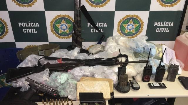 Policiais apreenderam fuzil, munição e duas granadas com os traficantes