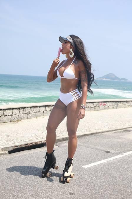 Aline Riscado de biquíni na Praia da Macumba
