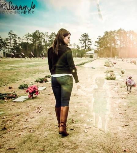 A mulher no cemitério com a imagem da menina