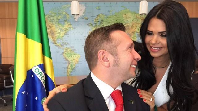 O ministro do Turismo, Alessandro Golombiewski Teixeira, com a mulher, Milena Teixeira, no gabinete
