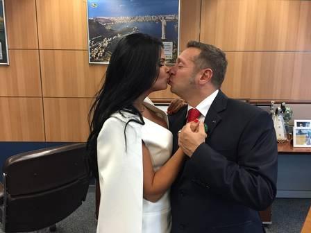 Milena Teixeira beija o ministro do Turismo em seu gabinete