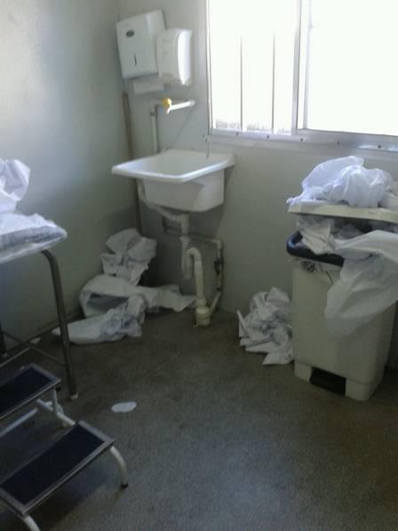 Sujeira toma conta de consultório na UPA de Realengo: limpeza foi restabelecida nesta terça-feira
