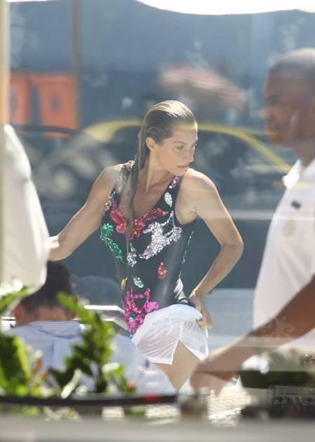 Gisele Bündchen posa sexy no Copacabana Palace