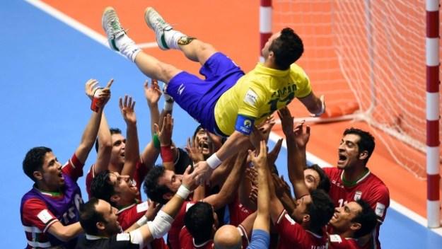 Falcão é jogado para o alto por jogadores do Irã