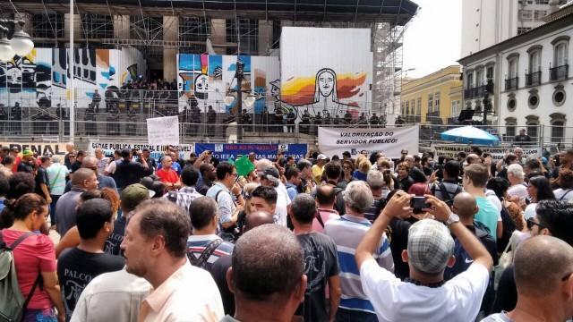 Servidores já se reúnem em frente ao Palácio Tiradentes