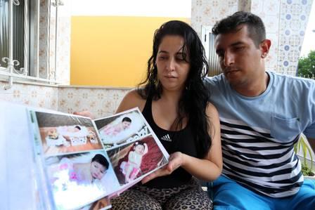 Hérica, mãe de Sophia, e Felipe mostram álbum de fotos de Sofia recém-nascida