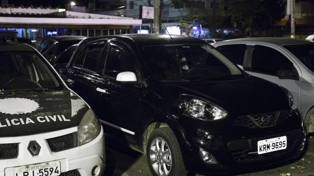 Carro abandonado por criminosos após arrastão no Recreio. Eles roubaram outro automóvel durante o crime
