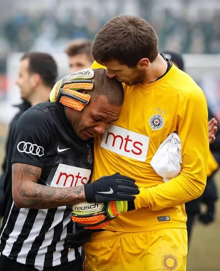 Meia recebeu um beijo e um abraço do goleiro do seu time após racismo
