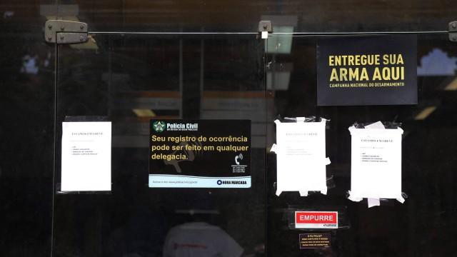 Cartaz avisa da greve na fachada da 25ª DP, no Rocha