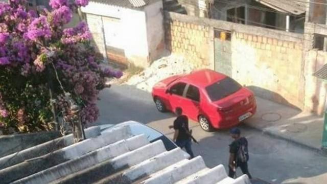 Imagens nas redes sociais mostra homens armados pelas ruas da região