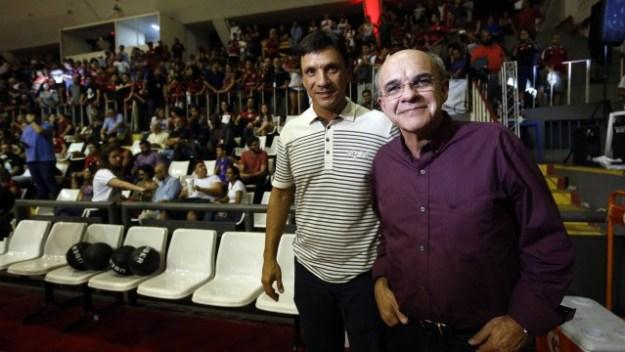 O técnico Zé Ricardo e o presidente Eduardo Bandeira de Mello na partida Flamengo x Pinheiros pelo NBB