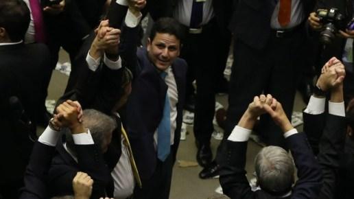 """Bruno Araújo, ministro das Cidades que deixou o cargo para votar por Temer, festeja. Sobre divisão do PSDB, minimizou: """"É do jogo"""""""