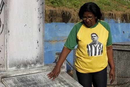 Rosângela Santos no túmulo do pai ( arquivo)