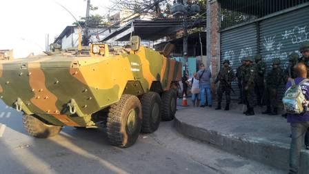 Homens das Forças Armadas nas proximidades da Mangueira