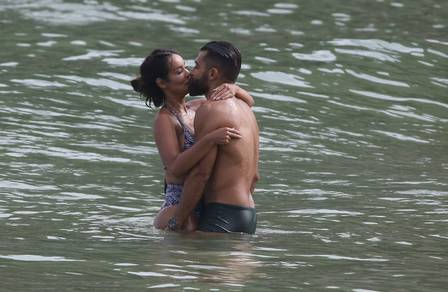 O casal espantou o frio com beijos quentíssimos
