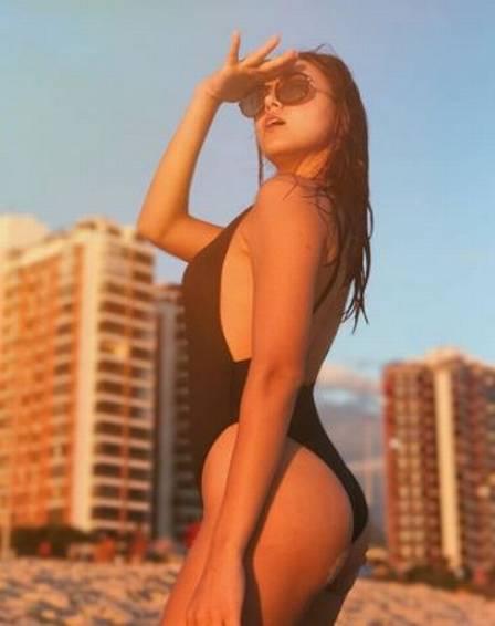 Irmã de Camila Queiroz, Caroline Queiroz faz bonito na praia
