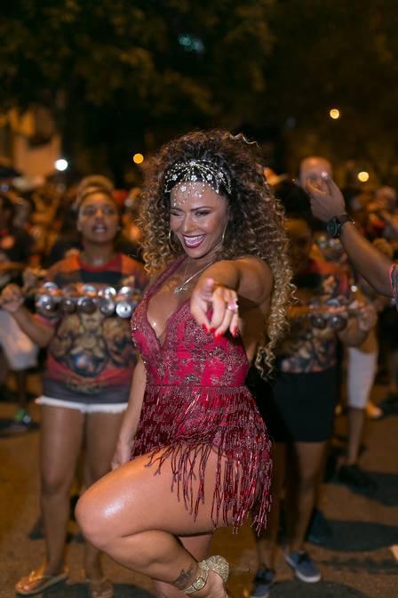 Viviane Araújo no ensaio de rua do Salgueiro, no último domingo