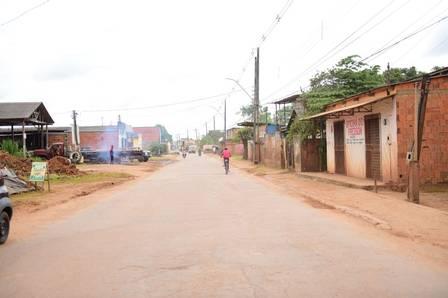 Rua que dá acesso à casa de Gleici, no Acre