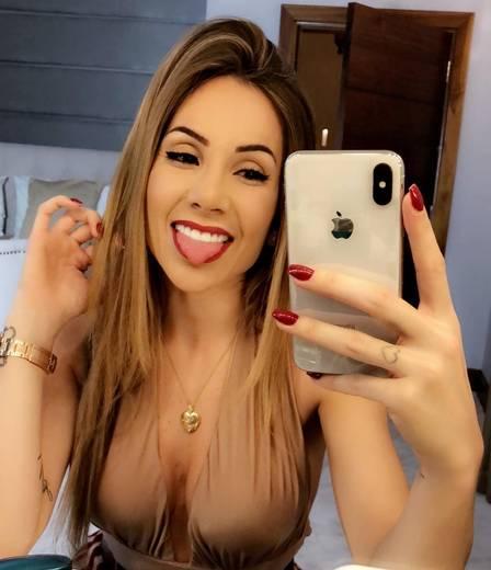 Larissa Pereira: sucesso com selfies e seus decotes