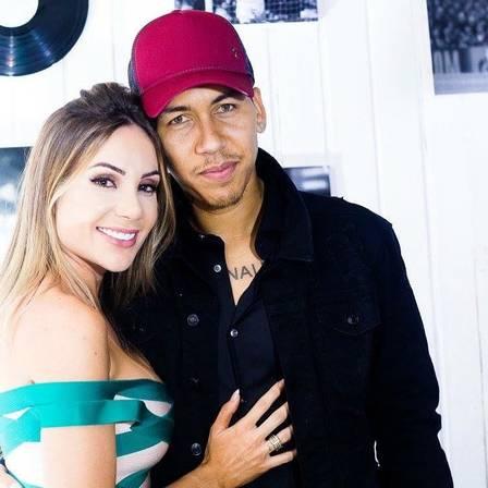 Larissa Pereira com o marido, o atacante Roberto Firmino