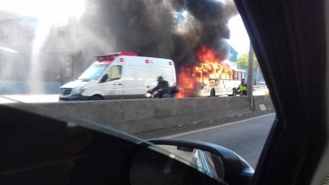 O ônibus pegando fogo na Linha Amarela