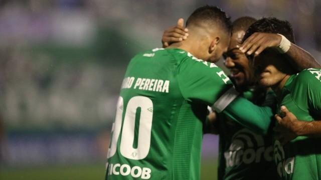 Jogadores da Chape celebram vitória dramática que colocou o Vasco no Z-4