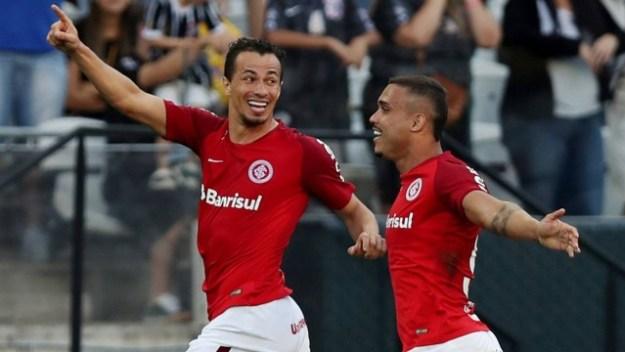 Os atacantes Leandro Damião (E) e William Pottker comemoram um gol do Internacional
