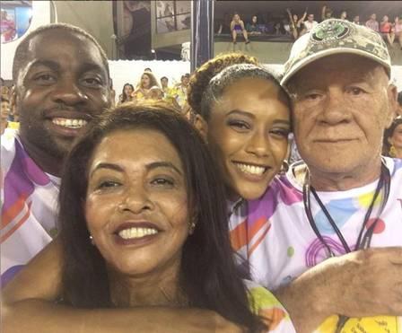 Tais Araújo com a mãe e o pai e o marido Lázaro Ramos num carnaval