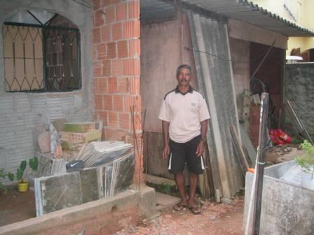 O pai de Cida na casa onde ela morava antes do BBB