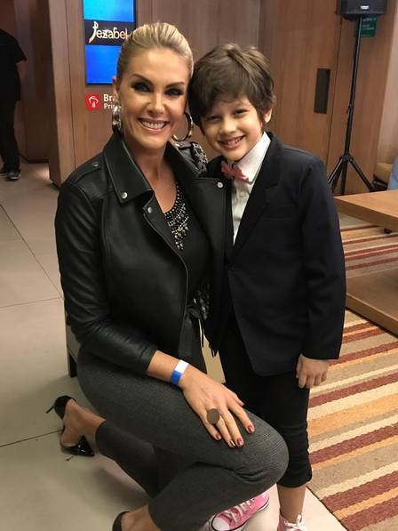 Gianlucca com a apresentadora Ana Lúcia Hickmann no lançamento de 'Jezabel'
