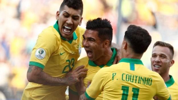 Casemiro festeja o seu primeiro gol com a camisa da seleção brasileira