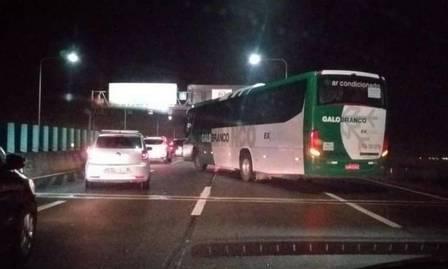 Ônibus com reféns ficou atravessado no sentido Rio