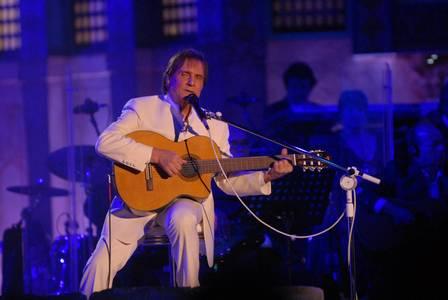 O cantor interpreta 22 músicas, em cinco idiomas
