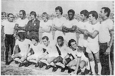Pelé, em 1978, pelo Fluminense num amistoso na Nigéria. O Rei do Futebol evitou uma tragédia -