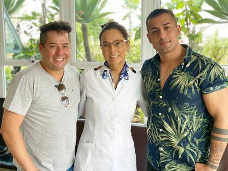 The duo Hugo and Tiago with Drª Maria Paula Tanaka, who performed the procedures