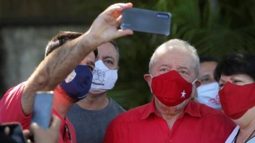 Lula posa para selfies com eleitores em São Bernardo do Campo