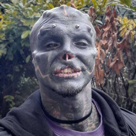 Homem passa por modificações no the_black_alien_project