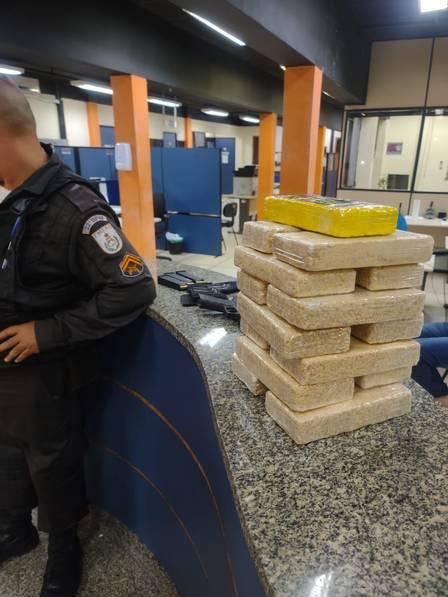 Policial foi preso na saída da Vila do João