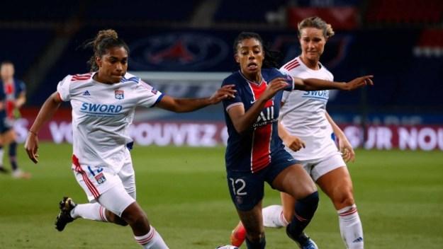Ellie Carpenter, do Lyon, disputa bola com Ashley Lawrence, do PSG, em partida das quartas de final da Champions