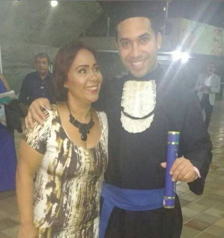 Gil, from 'BBB 21', with his mother Jacira, in his graduation in Economics