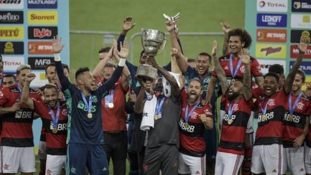 O massagista Deni levanta o troféu da Taça Guanabara
