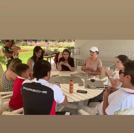 Primeira-dama Michelle Bolsonaro joga cartas com os convidados