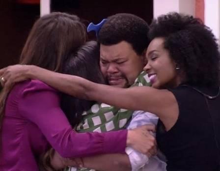 """Babu sendo abraçado pelas finalistas do """"BBB20"""", Rafa Kalimann, Manu Gavassi e Thelminha: ele ficou em quarto lugar no reality"""