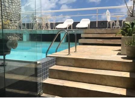 A piscina da cobertura de Pelé