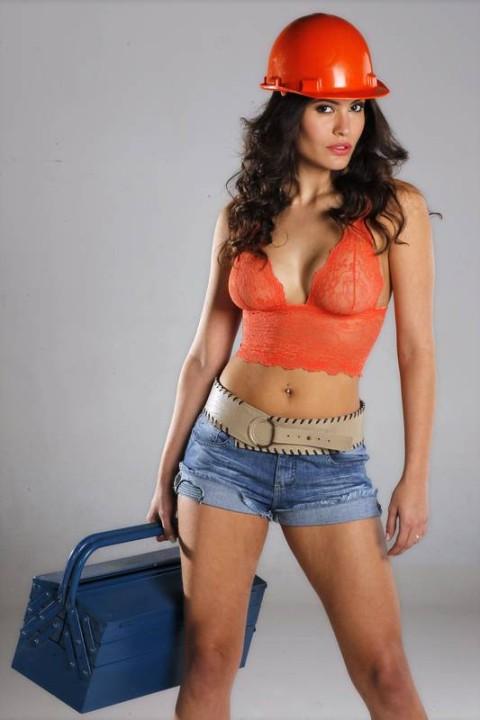 Ana Carolina Dias dá show de sensualidade de short jeans Karamello, top de renda Botswana e cinto de couro...